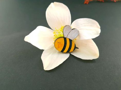 PARAROK-lesena-broška-čebela-na-cvetu